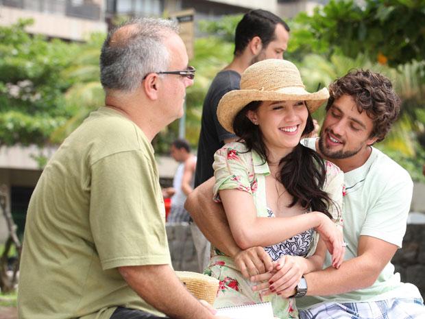 Rafael e Marjorie conversam com o diretor Luciano Sabino (Foto: A Vida da Gente - Tv Globo)