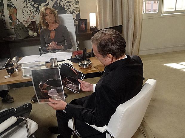 Maruschka mostra as fotos de Alberto e Sarita para Henrique (Foto: Aquele Beijo/TV Globo)