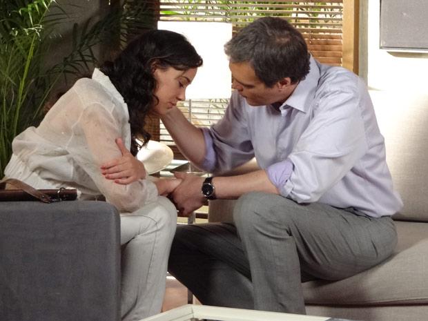 René consola a filha (Foto: Fina Estampa/TV Globo)