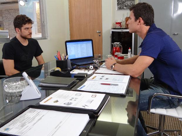 Rafa deixa o emprego de gerente da Fashion Moto (Foto: Fina Estampa/TV Globo)