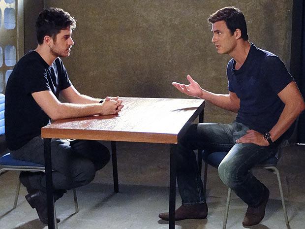 Juan pede explicações ao ex-funcionário (Foto: Fina Estampa / TV Globo)