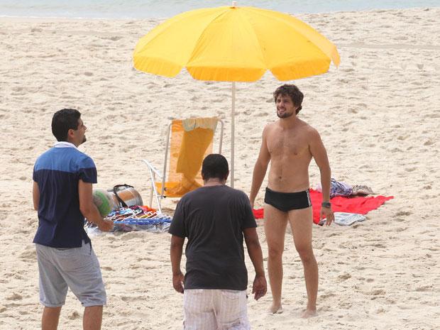 Rafael Cardoso aproveita intervalo de gravação para conversar com a equipe de produção (Foto: A Vida da Gente - Tv Globo)