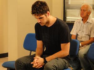 Rapaz passa a noite na delegacia (Foto: Fina Estampa/TV Globo)