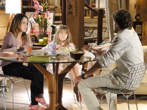 Depois de imprevistos, Ana e Rodrigo cuidam de Júlia a sós (Foto: A Vida da Gente/TV Globo)