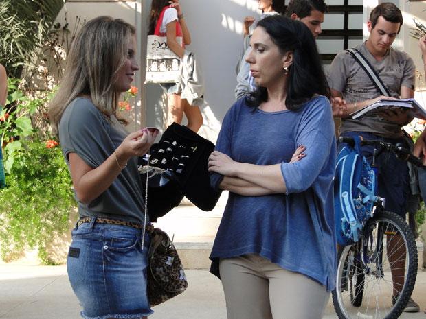Verinha tenta distrair a diretora com as jóias (Foto: Malhação/TV Globo)