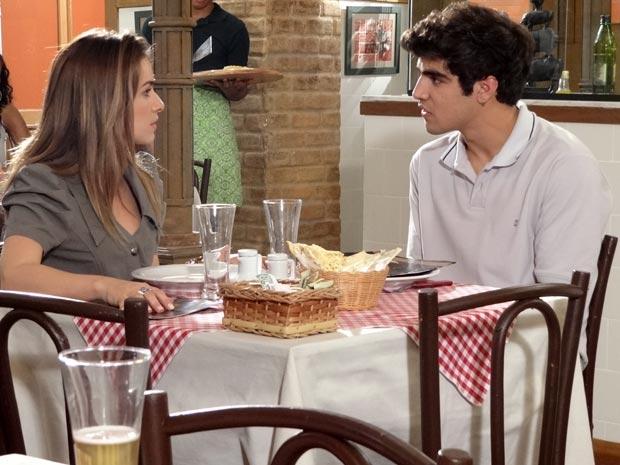 Beatriz fica irritada com o comportamento de Antenor (Foto: Fina Estampa / TV Globo)