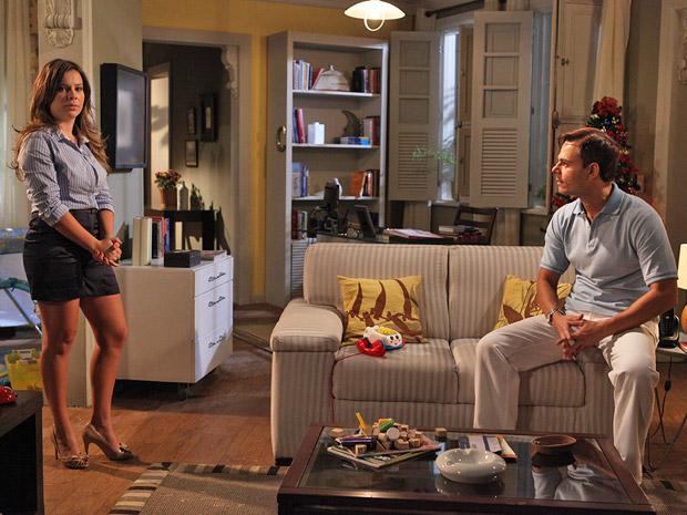 Ricardo pede para Camila manter uma rotina e ela não gosta ad crítica (Foto: Aquele Beijo/TV Globo)