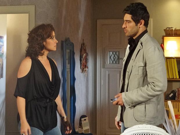 Rubinho reclama de morar no antigo apartamento de Claudia e diz que era mais feliz antes do casamento (Foto: Aquele Beijo/TV Globo)