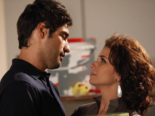 Claudia pede para ter um filho logo (Foto: Aquele Beijo/TV Globo)