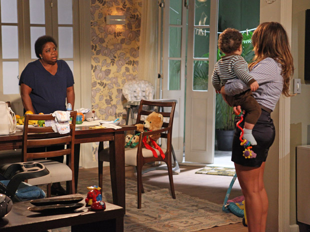 Até Dalva recrimina a maneira como Camila trata o filho (Foto: Aquele Beijo/TV Globo)