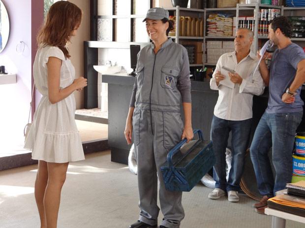Griselda aparece vestindo macacão de trabalho e surpreende Amália (Foto: Fina Estampa/TV Globo)