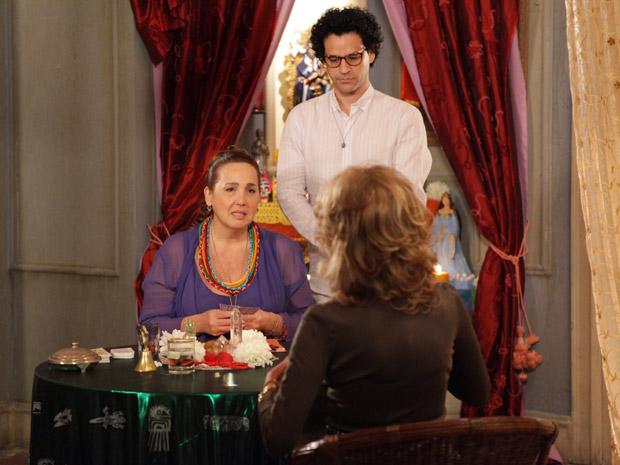 Iara não prevê boas coisas para Maruschka (Foto: Aquele Beijo/TV Globo)
