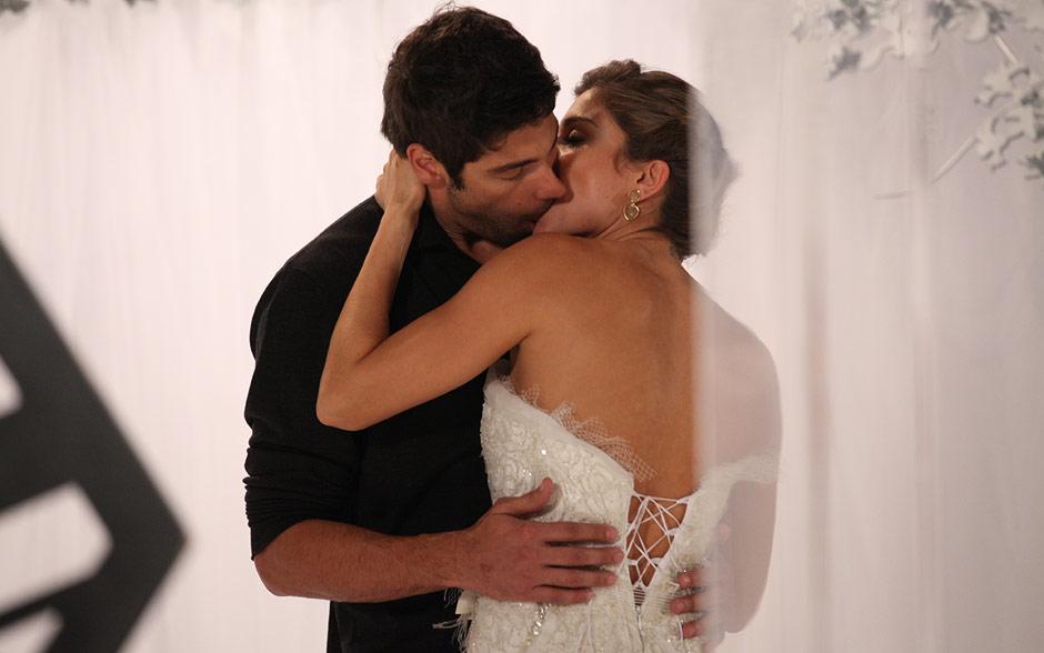 Rubinho e Lucena beijam-se então profundamente