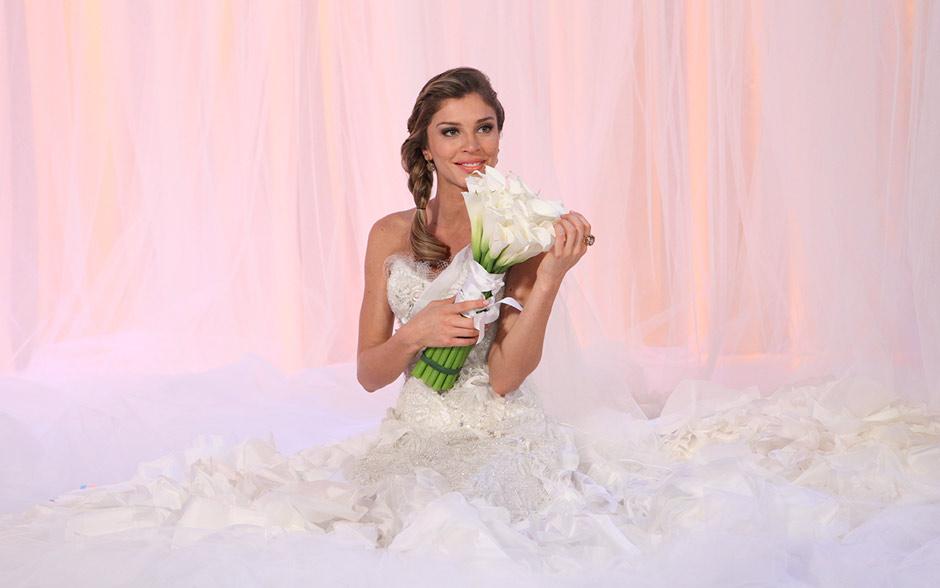 Lucena posa com vestido de noiva da Comprare, escolhido para ela