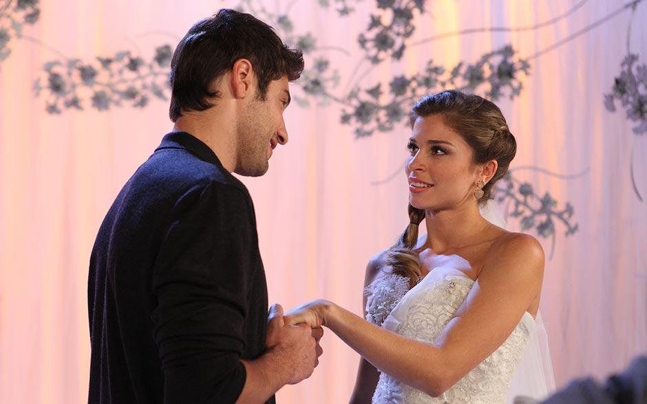 Ela diz que não quer causar ciúmes em Vicente, mas Rubinho frisa que ele é que está com ciúmes