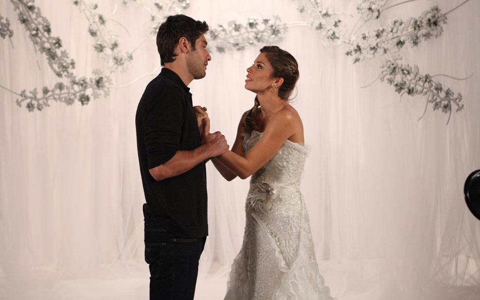E sugere que os dois se beijem como forma de vingança do beijo que Vicente e Claudia trocaram
