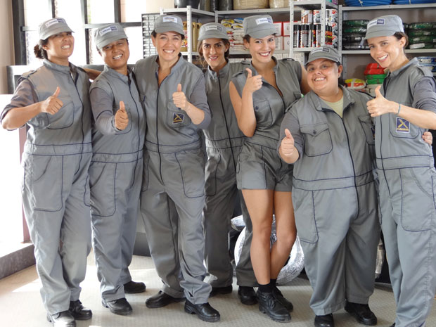 Griselda e as maridas de aluguel se sua loja (Foto: Fina Estampa/TV Globo)