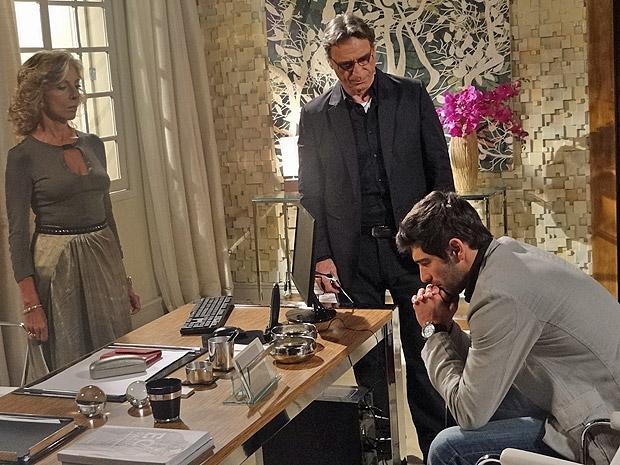 Rubinho descobre que Alberto e Maruschka usaram Regina como laranja (Foto: Aquele Beijo/TV Globo)