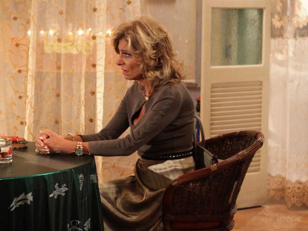 Maruschka não gosta do que ouve de Iara (Foto: Aquele Beijo/TV Globo)