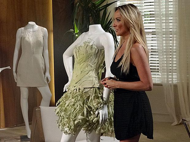 Odessa se sai bem na apresentação do vestido de palha (Foto: Aquele/TV Globo)