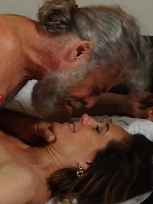 A perua e o pescador se beijam na cama (Foto: Fina Estampa / TV Globo)