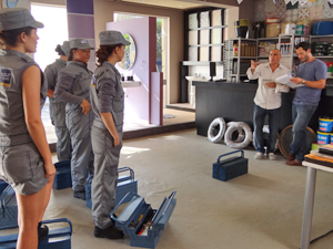 'Maridas de aluguel' se arrumam para trabalhar (Foto: Fina Estampa/TV Globo)