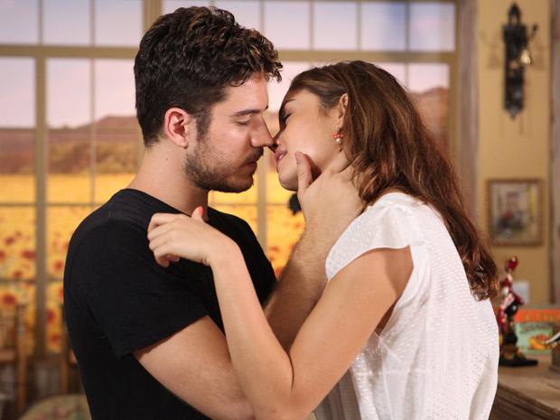 Amália se emociona e se entrega ao beijo de Rafa (Foto: Fina Estampa/TV Globo)