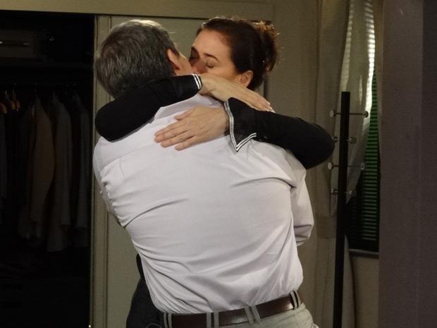 Ela se envolve com os beijos de René (Foto: Fina Estampa/TV Globo)