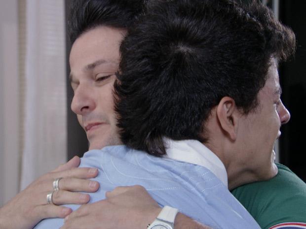 Crô consola o garoto (Foto: Fina Estampa/TV Globo)