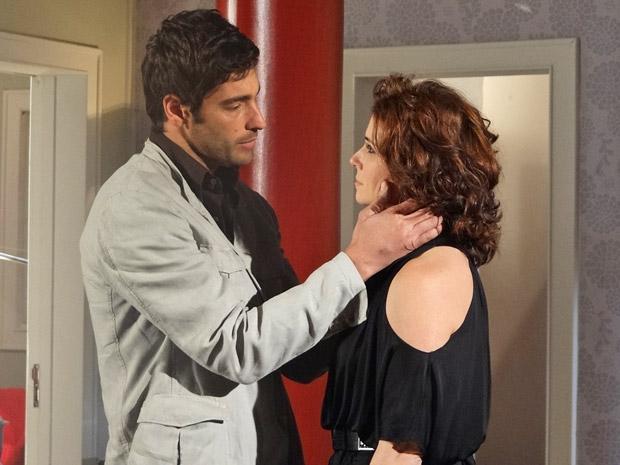 Rubinho se declara para Claudia, mas não conta verdade sobre Regina (Foto: Aquele Beijo/TV Globo)
