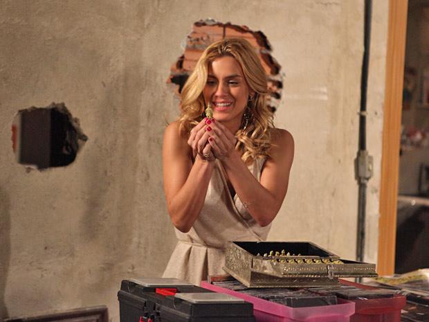 Teodora consegue encontrar o tesouro antes de Pereirinha (Foto: Fina Estampa/TV Globo)