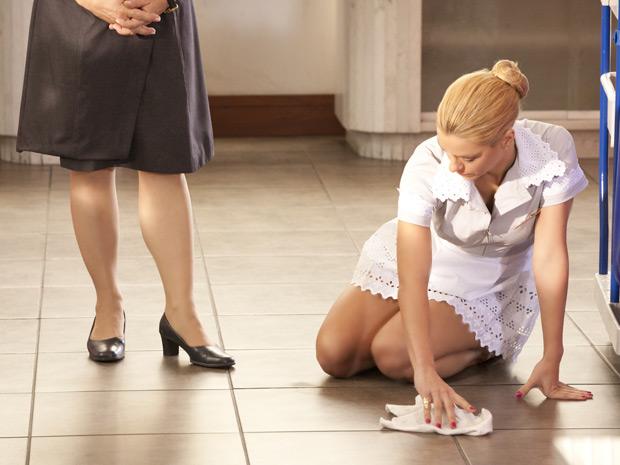 A loira esconde as lágrimas ao limpar o chão (Foto: Fina Estampa/TV Globo)