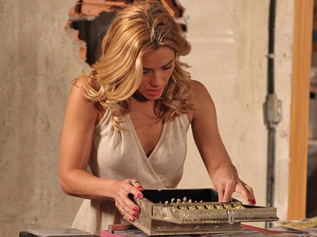 A loira não se contém de alegria ao imaginar que as peças são muito valiosas (Foto: Fina Estampa/TV Globo)