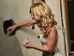 A periguete tapa o buraco após achar o tesouro (Foto: Fina Estampa/TV Globo)