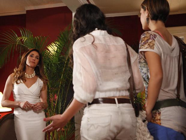 Tereza Cristina é fria diante do desespero de Patrícia (Foto: Fina Estampa/TV Globo)