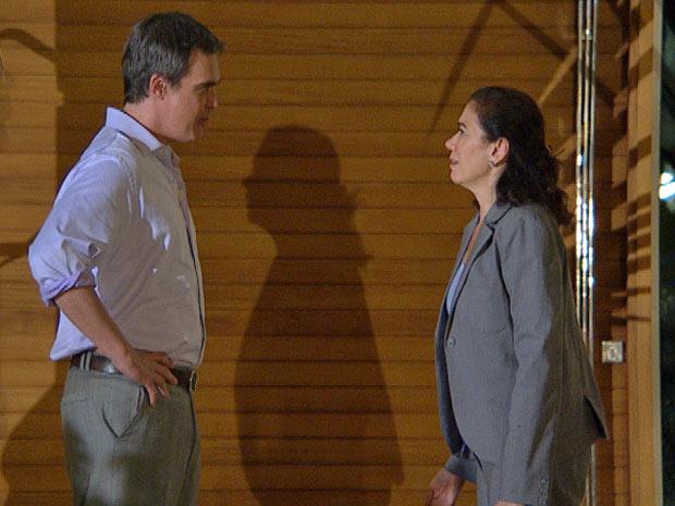 René encontra Griselda na porta da mansão (Foto: Fina Estampa/ TV Globo)