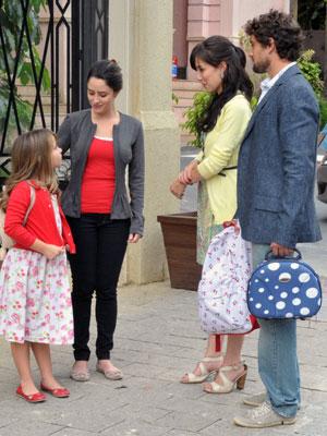 Manu e Rodrigo deixam Júlia sob os cuidados de Ana (Foto: A Vida da Gente - Tv Globo)