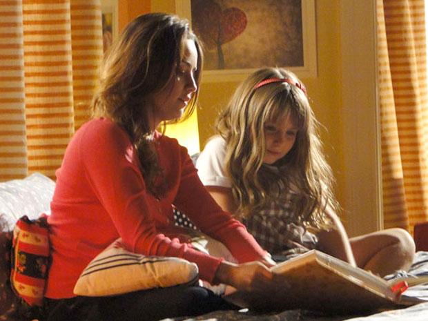 Ana mostra fotos de sua infância para Júlia (Foto: A Vida da Gente/TV Globo)