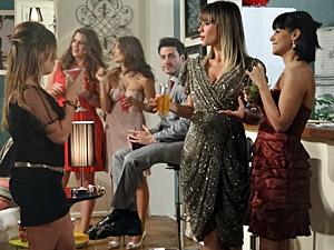 Brigitte, Camila e Jorgette conversam na festa (Foto: Aquele Beijo/TV Globo)