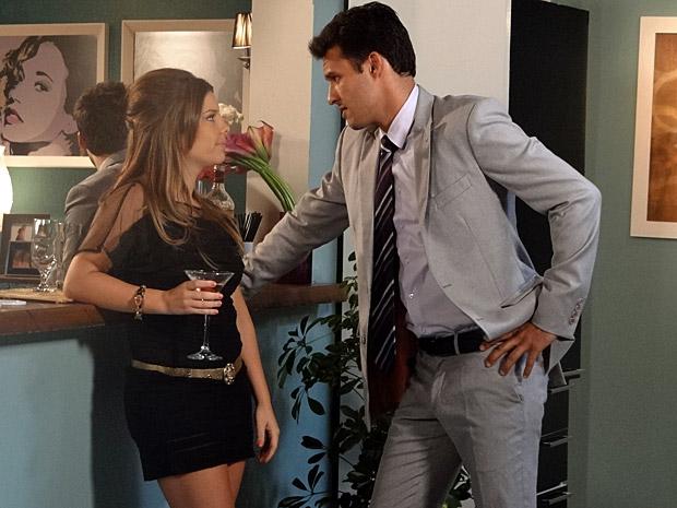 Camila flerta com Luciano (Foto: Aquele Beijo/TV Globo)