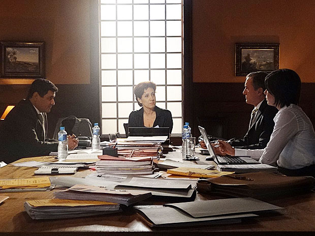 Vera quer a prisão preventiva de Regina, títular das contas da Comprare (Foto: Aquele Beijo / TV Globo)