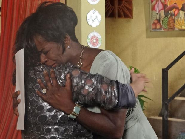 Deusa é desprezada por Grace Kelly e é consolada por Eveva (Foto: Aquele Beijo/TV Globo)