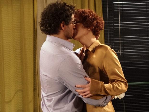 Os dois se beijam apaixonados  (Foto: Fina Estampa/ TV Globo)