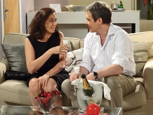 René e Griselda fazem um brinde ao novo momento de suas vidas (Foto: Fina Estampa/TV Globo)