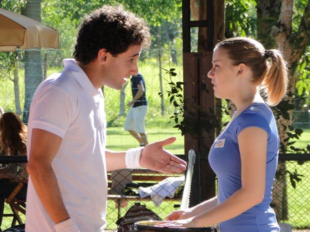 Miguel insiste para Sofia ir à festa (Foto: A Vida da Gente / TV Globo)