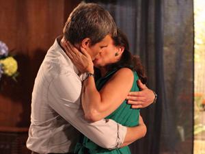 Após se renderem à paixão, René e Griselda terão um sério desentendimento (Foto: Fina Estampa/TV Globo)
