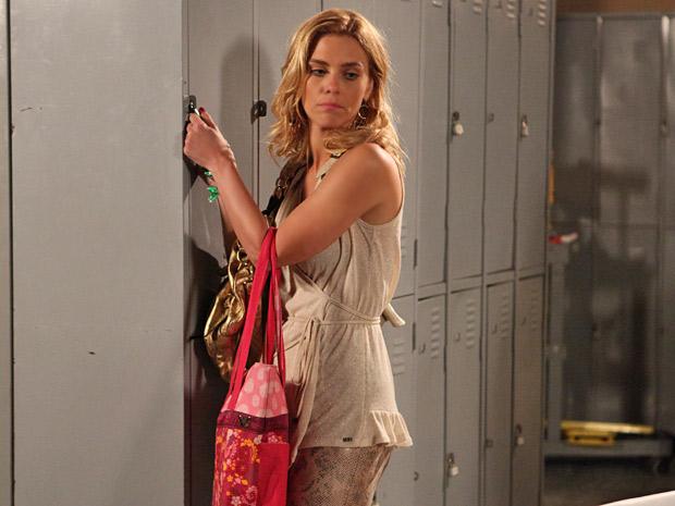 Teodora consegue esconder o tesouro em seu armário no hotel (Foto: Fina Estampa/TV Globo)