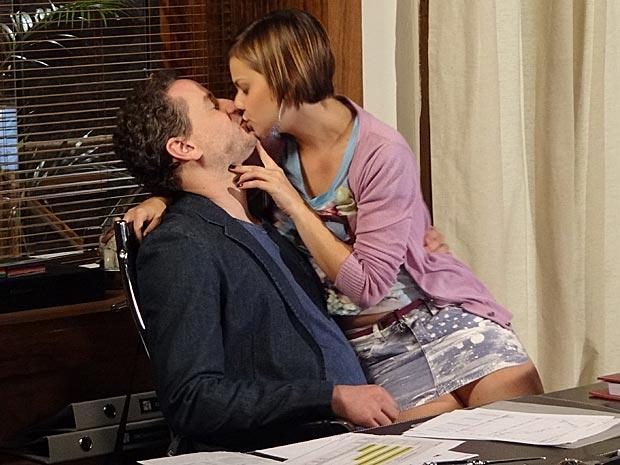 Os dois se beijam no escritório de Paulo (Foto: Fina Estampa / TV Globo)