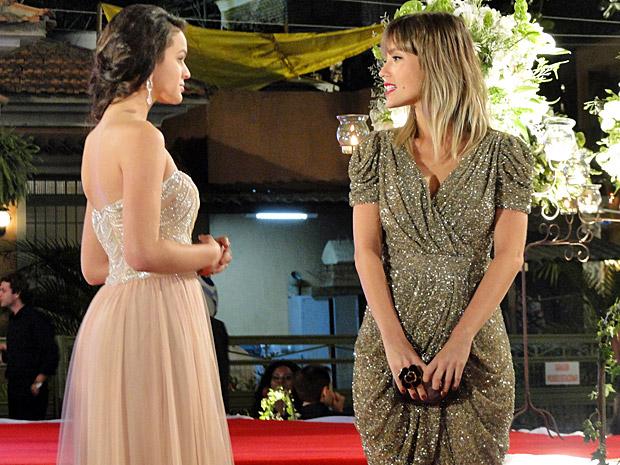 Brigitte conversa com Belezinha  (Foto: Aquele Beijo/TV Globo)