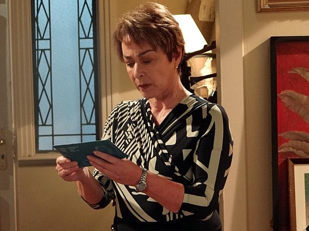 Regina descobre uma conta de banco em seu nome (Foto: Aquele Beijo/TV Globo)